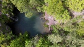 Εναέρια άποψη του καταρράκτη στη βαθιά δασική μπλε λιμνοθάλασσα Καλύτερη θέση Έννοια γύρου ταξιδιού, ηλιόλουστη θερινή ημέρα διακ απόθεμα βίντεο