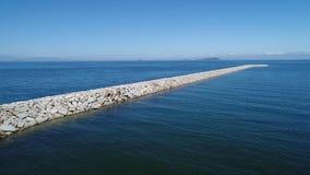 Εναέρια άποψη του κυματοθραύστη της πέτρας στη θάλασσα   απόθεμα βίντεο