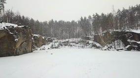 Εναέρια άποψη του λατομείου γρανίτη Korostyshevsky κατά τη διάρκεια των χειμερινών χιονοπτώσεων Περιοχή Zhytomyr Ουκρανία φιλμ μικρού μήκους