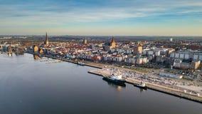 Εναέρια άποψη του λιμανιού πόλεων του $ροστόκ - δείτε πέρα από τον ποταμό warnow στοκ εικόνα