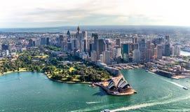 Εναέρια άποψη του λιμανιού του Σίδνεϊ και του στο κέντρο της πόλης ορίζοντα, Αυστραλία Στοκ Φωτογραφία