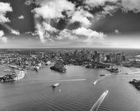 Εναέρια άποψη του λιμανιού του Σίδνεϊ, του στο κέντρο της πόλης ορίζοντα και βασιλικού βοτανικού Στοκ Φωτογραφία