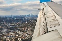 Εναέρια άποψη του Μανχάταν, πόλη της Νέας Υόρκης, από ένα αεροπλάνο με το φτερό στο πρώτο πλάνο στοκ φωτογραφία με δικαίωμα ελεύθερης χρήσης