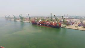 Εναέρια άποψη του μεγάλου σκάφους εμπορευματοκιβωτίων εν πλω απόθεμα βίντεο