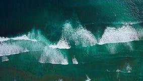 Εναέρια άποψη του μεγάλου τυρκουάζ ωκεάνιου νερού και των άσπρων κυμάτων που συντρίβουν και που αφρίζουν απόθεμα βίντεο