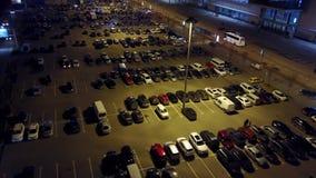 Εναέρια άποψη του μεγάλου υπαίθριου διαστήματος χώρων στάθμευσης τη νύχτα απόθεμα βίντεο