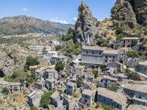 Εναέρια άποψη του μικρού χωριού Pentedattilo, της εκκλησίας και των καταστροφών του εγκαταλειμμένου χωριού, ελληνική αποικία στο  Στοκ φωτογραφίες με δικαίωμα ελεύθερης χρήσης