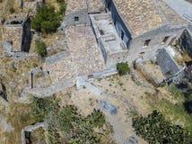 Εναέρια άποψη του μικρού χωριού Pentedattilo, της εκκλησίας και των καταστροφών του εγκαταλειμμένου χωριού, ελληνική αποικία στο  Στοκ εικόνα με δικαίωμα ελεύθερης χρήσης