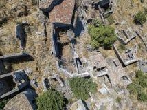 Εναέρια άποψη του μικρού χωριού Pentedattilo, της εκκλησίας και των καταστροφών του εγκαταλειμμένου χωριού, ελληνική αποικία στο  Στοκ Εικόνα