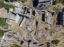 Εναέρια άποψη του μικρού χωριού Pentedattilo, της εκκλησίας και των καταστροφών του εγκαταλειμμένου χωριού, ελληνική αποικία στο  Στοκ Φωτογραφία