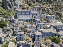 Εναέρια άποψη του μικρού χωριού Pentedattilo, της εκκλησίας και των καταστροφών του εγκαταλειμμένου χωριού, ελληνική αποικία στο  Στοκ φωτογραφία με δικαίωμα ελεύθερης χρήσης