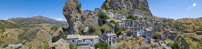 Εναέρια άποψη του μικρού χωριού Pentedattilo, της εκκλησίας και των καταστροφών του εγκαταλειμμένου χωριού, ελληνική αποικία στο  Στοκ Εικόνες