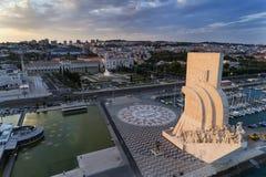 Εναέρια άποψη του μνημείου στις ανακαλύψεις στην πόλη της Λισσαβώνας στο ηλιοβασίλεμα  στοκ εικόνα με δικαίωμα ελεύθερης χρήσης