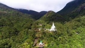 Εναέρια άποψη του μοναστηριού με τον αρχαίο ναό στην κοιλάδα στην αιχμή του Adam στη Σρι Λάνκα απόθεμα βίντεο