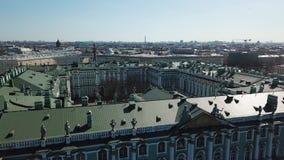 Εναέρια άποψη του μουσείου ερημητηρίων, της θριαμβευτικής αψίδας και του τετραγώνου στη Αγία Πετρούπολη στην ηλιόλουστη ημέρα φθι απόθεμα βίντεο