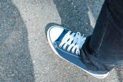 Εναέρια άποψη του μπλε παπουτσιού υφασμάτων με την μπλε στάση Jean στο grunge ομο Στοκ Εικόνες