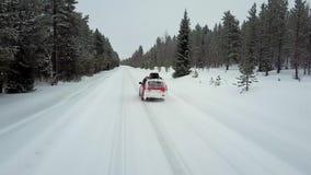 Εναέρια άποψη του μόνου κόκκινου αυτοκινήτου στο δρόμο στο όμορφο χειμερινό τοπίο του Lapland μετά από χιονοπτώσεις φιλμ μικρού μήκους