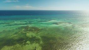 Εναέρια άποψη του νησιού ακτών Bohol _ Φιλιππίνες Πτήση υψηλή επάνω από τη θάλασσα απόθεμα βίντεο