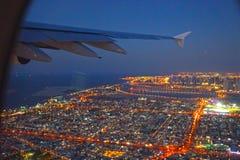 Εναέρια άποψη του Ντουμπάι από το παράθυρο αεροπλάνων Στοκ Φωτογραφία