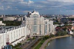 Εναέρια άποψη του νότιου μέρους του Μινσκ με το νέο ουρανοξύστη και άλλα κτήρια κοντά στον ποταμό Svislach Στοκ φωτογραφίες με δικαίωμα ελεύθερης χρήσης
