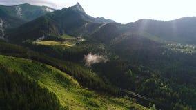 Εναέρια άποψη του ξενοδοχείου στα όμορφα βουνά απόθεμα βίντεο