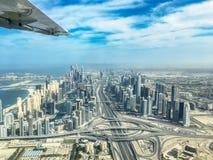 Εναέρια άποψη του ορίζοντα μαρινών του Ντουμπάι με Sheikh την ανταλλαγή οδικών εθνικών οδών Zayeg, Ε.Α.Ε. στοκ φωτογραφία με δικαίωμα ελεύθερης χρήσης