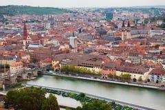 Εναέρια άποψη του ορίζοντα του Wurzburg και του κύριου ποταμού σε όμορφο ακόμα και Στοκ Εικόνες