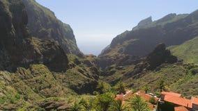 Εναέρια άποψη του ορεινού χωριού στο φαράγγι Masca άνωθεν Tenerife, Canarias, Ισπανία απόθεμα βίντεο