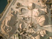 εναέρια άποψη του ορυχείου άμμου με τους μεταφορείς στοκ εικόνα