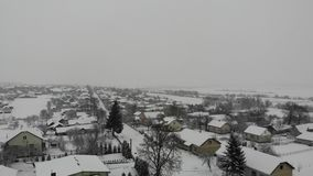 Εναέρια άποψη του ουκρανικού χωριού στη χιονώδη χειμερινή ημέρα Ομαλός αναρριχηθείτε επάνω, 4k φιλμ μικρού μήκους