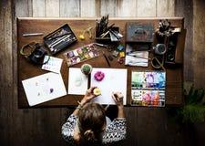 Εναέρια άποψη του λουλουδιού σχεδίων γυναικών καλλιτεχνών σε χαρτί Στοκ φωτογραφία με δικαίωμα ελεύθερης χρήσης