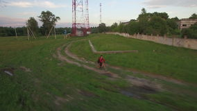Εναέρια άποψη του οδηγώντας ποδηλάτου αγοριών στην επαρχία απόθεμα βίντεο