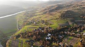 Εναέρια άποψη του παλαιού χωριού Carpathians με την παραδοσιακούς αρχιτεκτονική, τους τομείς, τους δρόμους και τον ποταμό Χρόνος  απόθεμα βίντεο