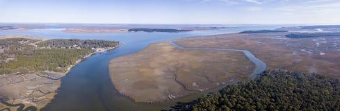 Εναέρια άποψη του παράκτιων δάσους, των νησιών, και του έλους στο νότο Carol στοκ φωτογραφία