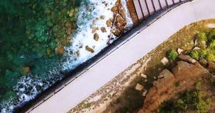 Εναέρια άποψη του παραθαλάσσιου θερέτρου Κόστα ντελ Σολ κατά τη διάρκεια της ηλιόλουστης ημέρας στην Ιαπωνία φιλμ μικρού μήκους
