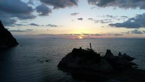 Εναέρια άποψη του πετώντας κηφήνα της θάλασσας στον ουρανό ηλιοβασιλέματος φιλμ μικρού μήκους