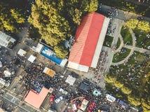Εναέρια άποψη του πλήθους ανθρώπων στο θερινό φεστιβάλ στοκ εικόνες με δικαίωμα ελεύθερης χρήσης