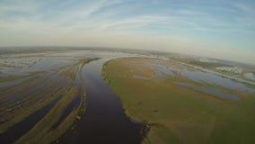 Εναέρια άποψη του ποταμού και της πράσινης θερινής επαρχίας φιλμ μικρού μήκους