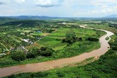 Εναέρια άποψη του ποταμού μεταλλικού θόρυβου πέρα από τον τομέα ορυζώνα, Chiang Mai Στοκ Φωτογραφία