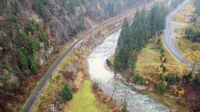 Εναέρια άποψη του ποταμού σιδηροδρόμων, εθνικών οδών και βουνών carpathians απόθεμα βίντεο
