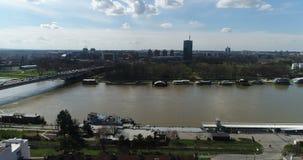 Εναέρια άποψη του ποταμού Sava και του ορίζοντα πόλεων, Βελιγράδι απόθεμα βίντεο