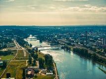 Εναέρια άποψη του ποταμού Vltava με τη γέφυρα Troja στην Πράγα στοκ εικόνα με δικαίωμα ελεύθερης χρήσης