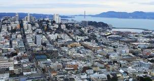 Εναέρια άποψη του Σαν Φρανσίσκο με τη χρυσή γέφυρα πυλών στο υπόβαθρο 4K απόθεμα βίντεο