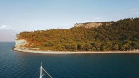 Εναέρια άποψη του σκάφους που ρυμουλκεί μια βάρκα στον κόλπο θάλασσας απόθεμα βίντεο