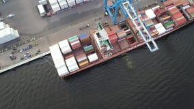 Εναέρια άποψη του σκάφους φόρτωσης και εκφόρτωσης γερανών ατσάλινων σκελετών απόθεμα βίντεο