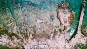 Εναέρια άποψη του σπασίματος κυμάτων στη δύσκολη παραλία Κύματα θάλασσας στην όμορφη ζωηρόχρωμη δύσκολη παραλία Εναέριος πυροβολι Στοκ φωτογραφία με δικαίωμα ελεύθερης χρήσης