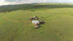 Εναέρια άποψη του σπιτιού στην άγρια στέπα του Καζακστάν απόθεμα βίντεο