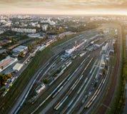 Εναέρια άποψη του σταθμού σιδηροδρόμου στο ηλιοβασίλεμα Στοκ Εικόνες