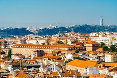 Εναέρια άποψη του στο κέντρο της πόλης ορίζοντα της Λισσαβώνας της παλαιών ιστορικών πόλης και του αδύτου Cristo Rei Santuario Χρ Στοκ Φωτογραφίες