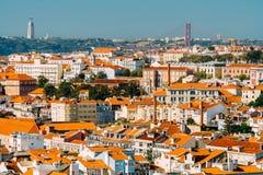 Εναέρια άποψη του στο κέντρο της πόλης ορίζοντα της Λισσαβώνας της παλαιών ιστορικών πόλης και του αδύτου Cristo Rei Santuario Χρ Στοκ Εικόνες